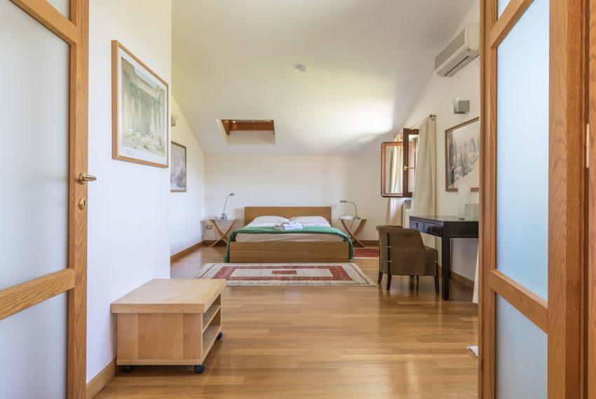 Ossuccio Lago di Como. Villa con giardino e piscina (28)